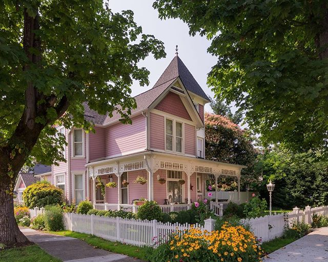 This house is so cute! 🌸💕 What do you thing about delicate pastel exteriors? —————————————————————— #bluedoorpaintinginspiration #chicagopainter #chicagopainting #pinkhouse #pink #pinky #exteriordesign #exterior #exteriorpainting #architecture #homedecor #house