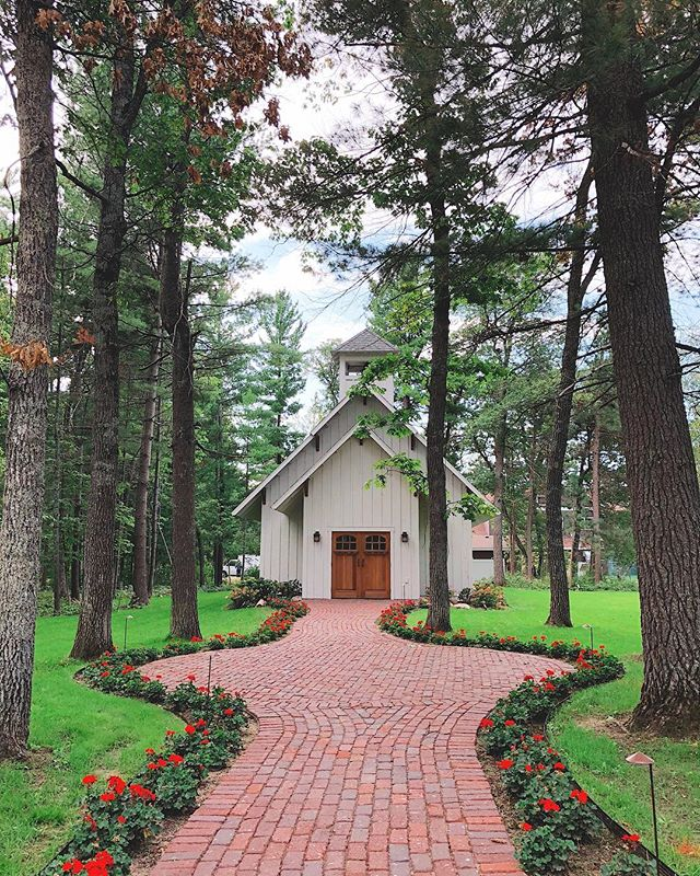 This quaint wedding chapel @grand_viewlodge is your Minnesota destination ideal for intimate ceremonies.