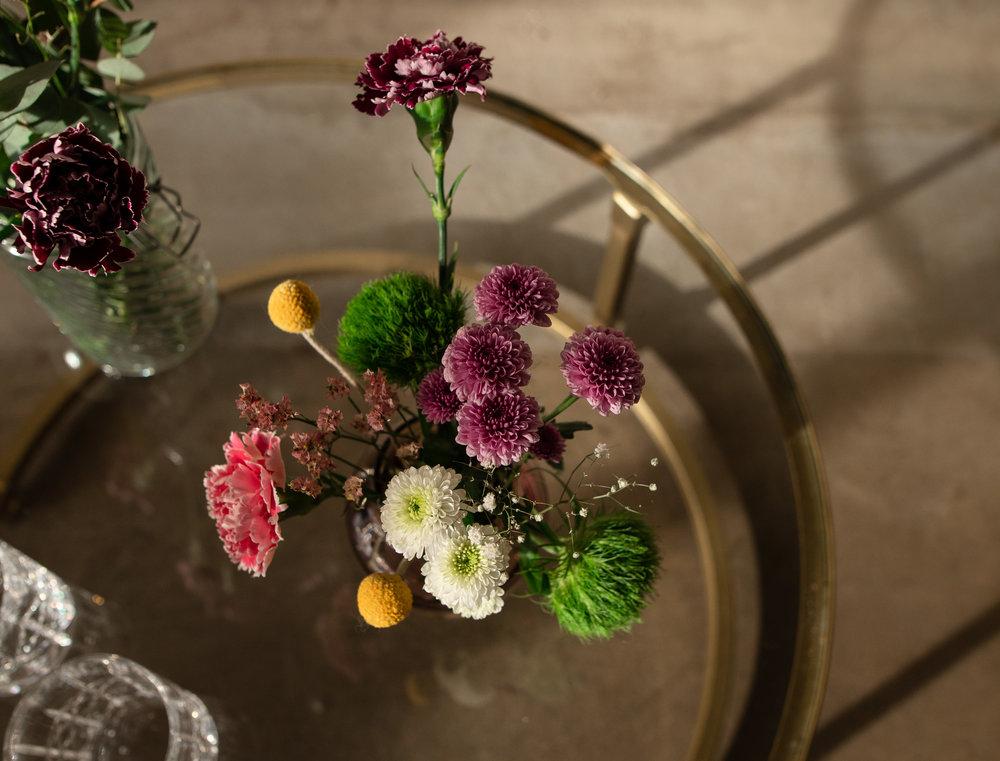 blomster på glassbord