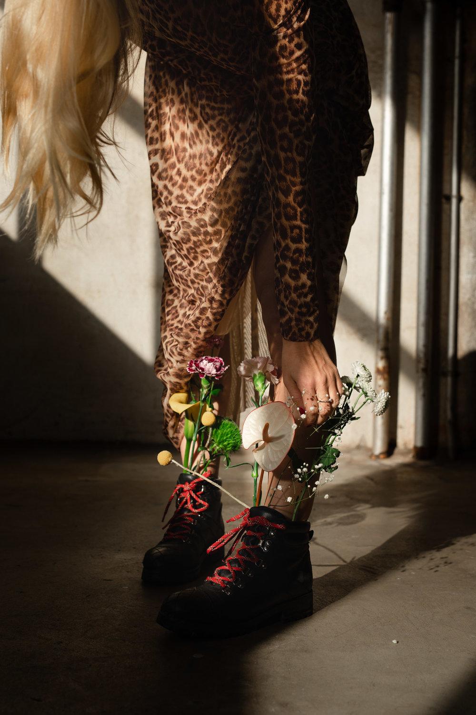 oda med blomster i stovlene