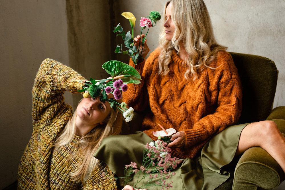 mona og oda med blomster i ermet