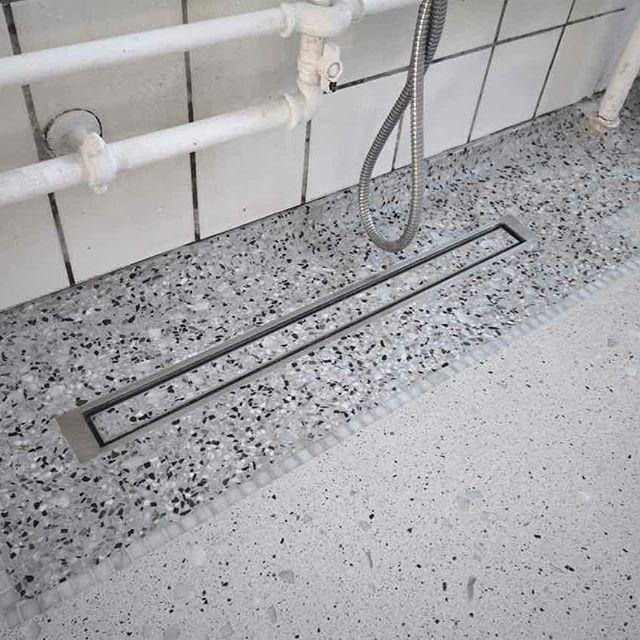 Terrazzogulv i badeværelse med bort I Venetiansk stenblanding, adskilt af Bianco Carrara marmor-stifter og midterfelt i designet beton med tilslag af marmorskærver.  #terrazzo #badeværelse #terrazzogulv #unidrain