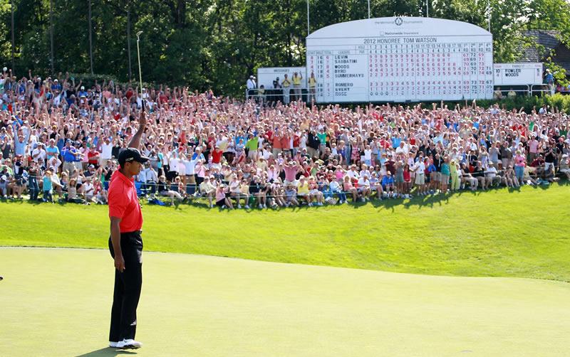 Woods-final-hole-salute.jpg