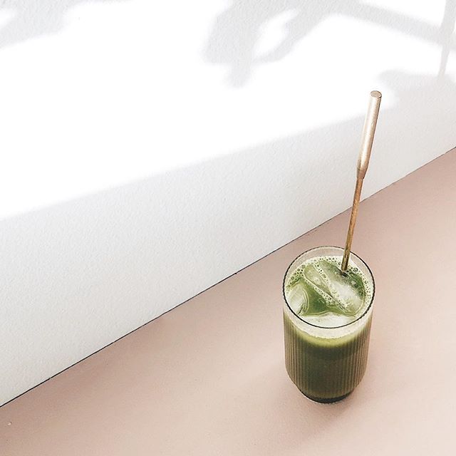 Fizzy energizing matcha cocktail to reign in the new year ✨🥂 . . . Fill glass 3/4 the way with kombucha of choice - shake a shot of gin (or liquor of choice) with a teaspoon of matcha in a cocktail shaker with a couple ice cubes - shake vigorously for 30 seconds - gently pour shot into champagne glass - stir with a spoon. . . Omit gin and use sparkling water instead to make it alcohol free. Cheers to another rotation around the sun ☀️