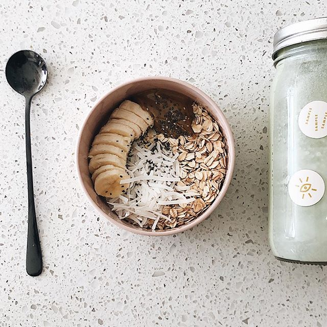 A dose of post lunch sweetness: oats, banana, sunbutter, coconut flakes, chia seeds and a dose of matcha mylk. Matcha mylk recipe 👇🏻 . . . Fill 16oz mason jar with water and pour into a high powered blender - add two large handfuls of cashews - 2 dates - 1-2 tsp habitual - Pinch of salt Blend on high for a few minutes, pour, store and done ✅