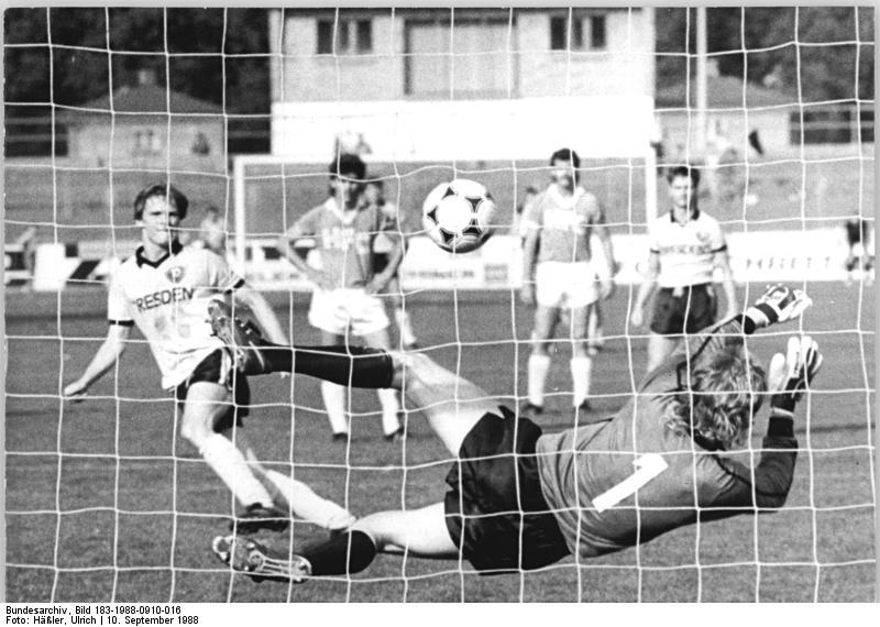 Bundesarchiv_Bild_183-1988-0910-016,_FDGB-Pokal,_Dynamo_Dresden_II_-_HFC_Chemie_1-2.jpg