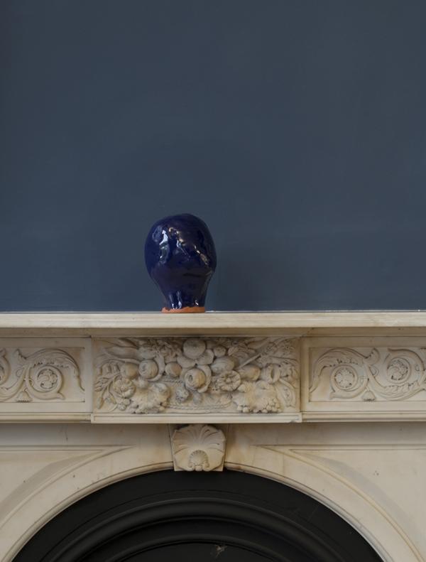 Liliane Puthod    Tête à tête , 2018  Glazed ceramic and imitation gold leaf, 20 x 18 x 25 cm
