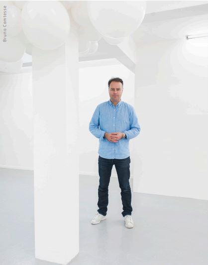Charles Pétillon - 法國攝影師,在Jean Larivière的指導下投身廣告攝影行業,同時不斷探索藝術攝影。自2009起開展以白汽球為拍攝主體的計劃,探討人與環境的複雜關係。網站:http://www.charlespetillon.com/