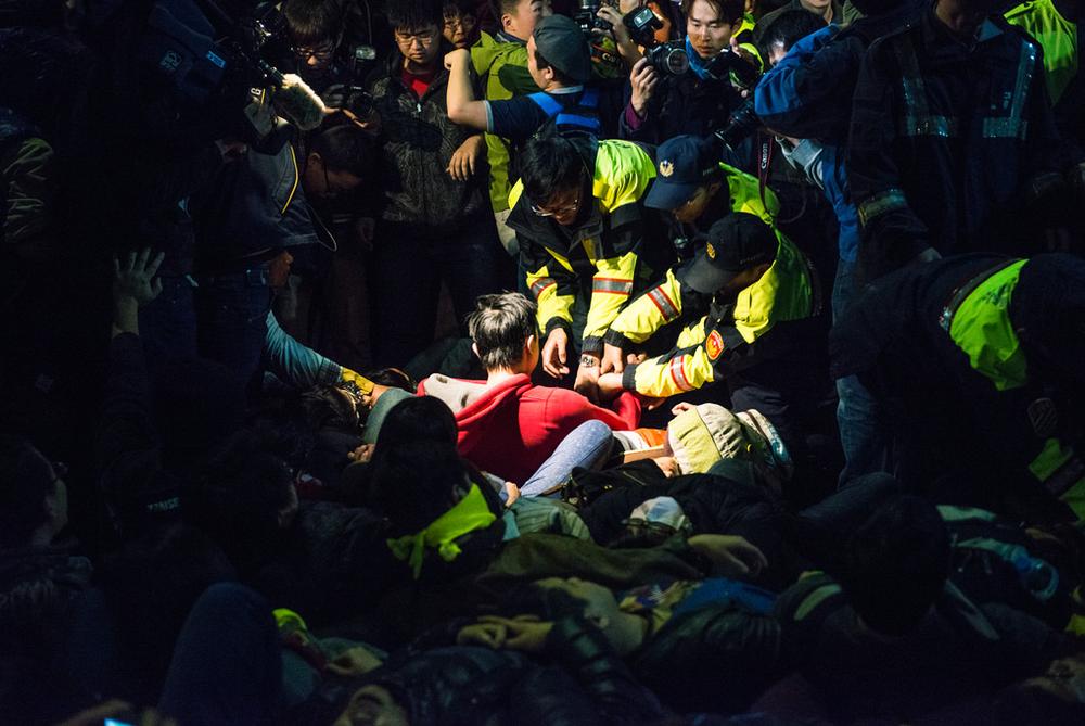 ©房彥文 <攝於2014年太陽花學運期間的台北行政院外>,照片被選中在2015年巴黎Photo Saint-Germain攝影藝術博覽會參展
