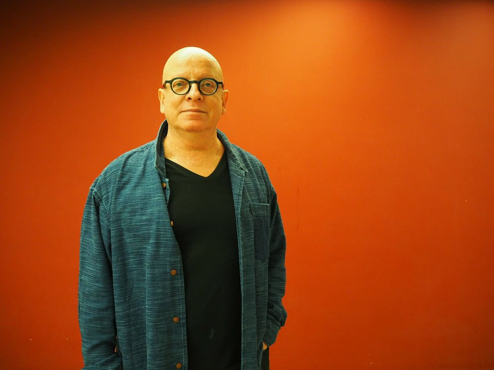 莫奔(Maurice Benayoun) - 法國的先驅新媒體藝術家和理論家,現居香港。他的作品採用不同的媒體,包括視頻,置身其境式的虛擬現實、網絡、無線技術、表演、大型城市藝術裝置和互動展覽。The french pioneer new media artist and theoretician, now lives in Hong Kong. His works use different media to portray large-scale urban art installations and interactive exhibitions. It involves videos, virtual reality, internet and wireless technology.網站Website:http://benayoun.com/moben/