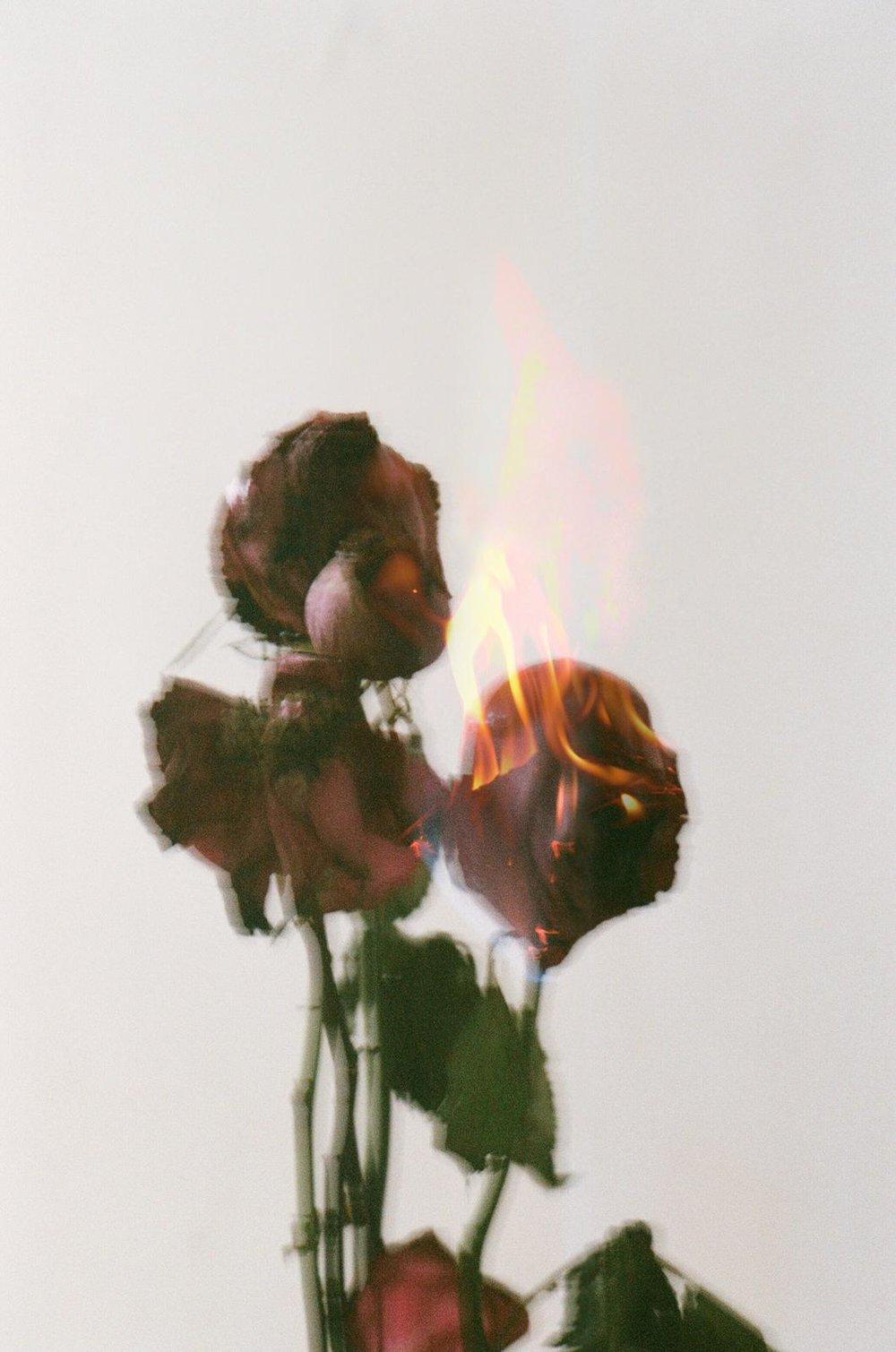 「我現在覺得愛情是灰色。」面對感情煩惱後拍下灰色的愛情。©Lean Lui