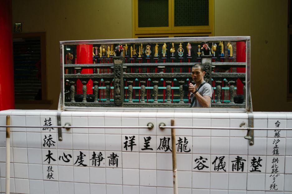 李岳凌 - 台灣藝術家,從事攝影及聲音創作。攝影於他而言,是一種意識自己對現實的慣性觀看方法,並試圖超越它的練習。他的作品曾在日本、英國、台灣等地展出。網站:http://www.yehlinlee.com/