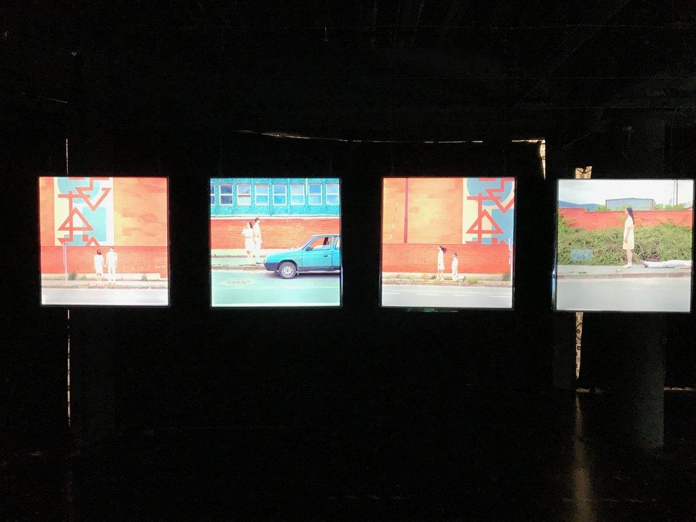 Plastic World 展區,在黑漆漆的展場裡,第一件進入眼簾的就以四件作品交代了一對男女交往故事。