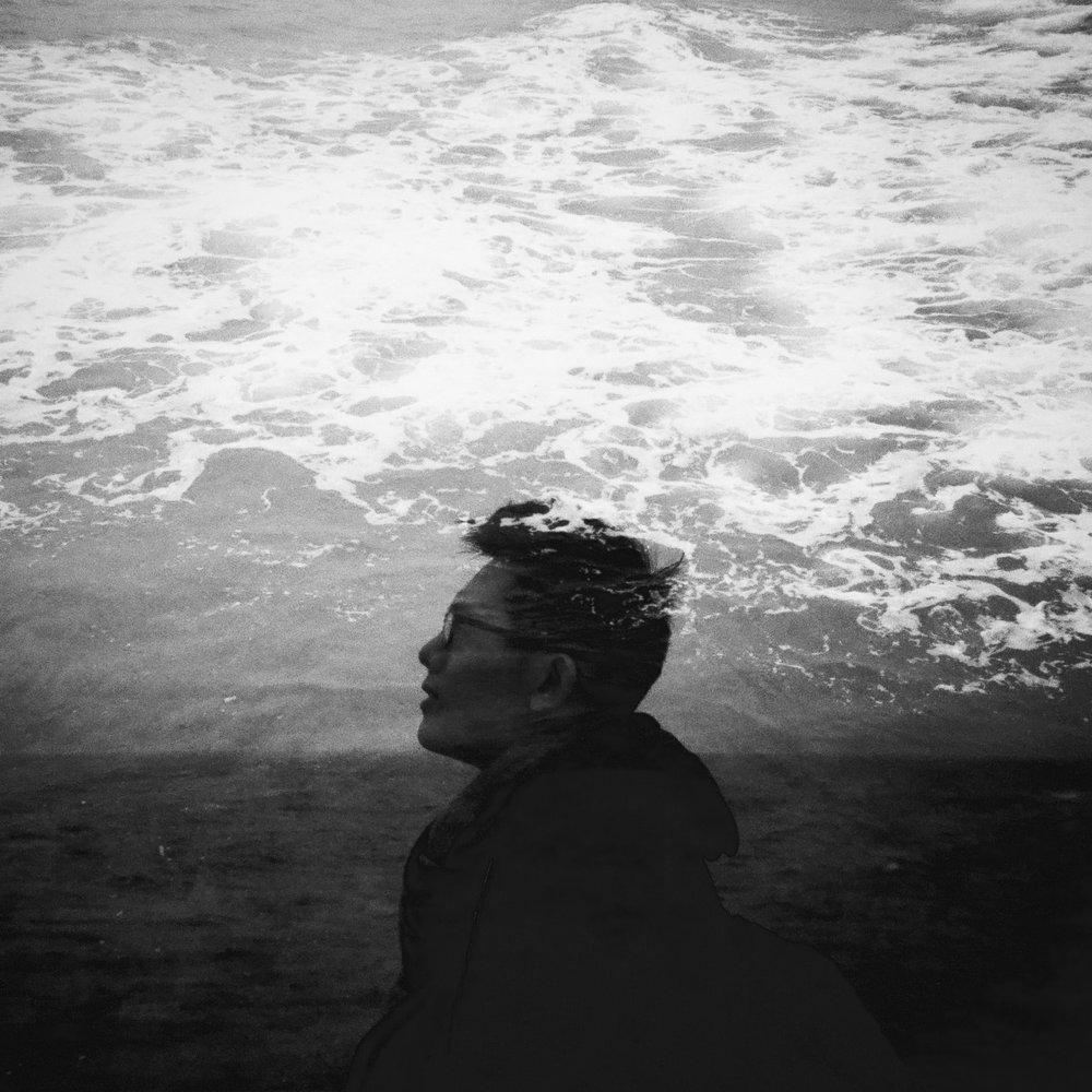 Jeremy Cheung - 張俊謙 - Jeremy Cheung,香港自由攝影師,作品主題大多環繞城市、街拍和建築,亦為不同品牌和機構擔任商業及活動攝影工作。他喜愛捕捉自然流露的日常瞬間,運用對比、幾何及文字符號等元素,刻畫出在大環境下五味雜陳的生活和小故事。Jeremy 的相片《井底之光》在2017年度《國家地理會德豐青年攝影大賽》中獲得手機組第三名;2018年舉辦了兩次個人攝影展《峽城浮生──都市峽谷下的香港日常》及《路邊的哲學家》(夥拍「香港國際攝影節2018」)。Website: www.rambler15.comFacebook:Jeremy C. PhotographyInstagram : @rambler15