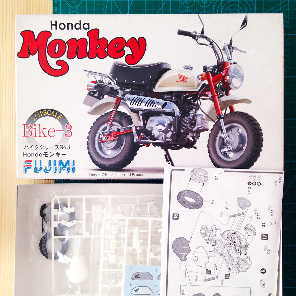 Honda Monkey model unbox, found it on amazon.jp. The illustrated manual helped a lot when I have a reverse angle against the one on the box.  本田猴子模型,购于日本亚马逊,其中的说明书为找不到反方向的细节图帮到了大忙。