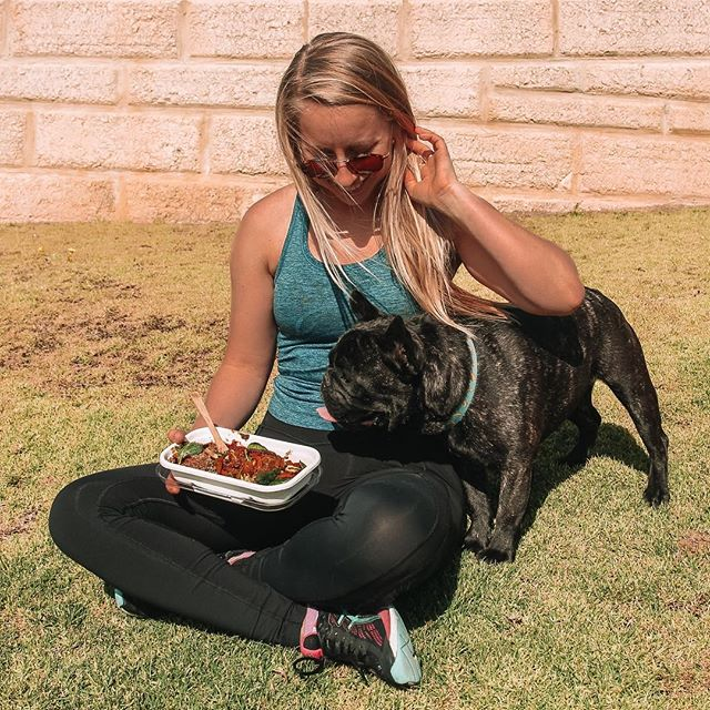 We love dogs! How tempted are you to sneak your puppy a bite of your food 😻  Not here!! Because @wholisticallyhealthy meals are waaaay too yummy to share, plus, there's never any leftovers 🍴