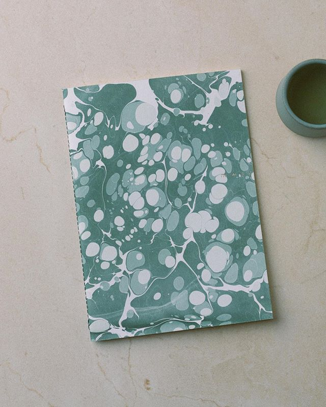 Ce vert 👌🏻🎨 Le Cahier Marbré - Mousse sur le shop @tictail 〰 That shades of green 💚 The Marbled Notebook in Mousse on the online store