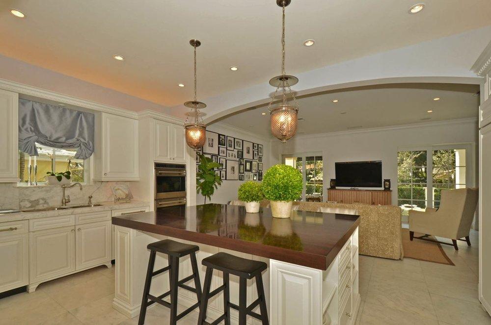 kitchenfamilyroom_1200.jpg