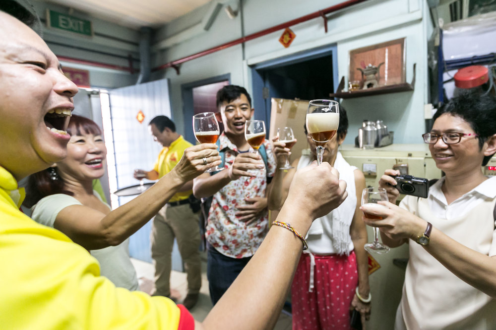 Proposing a toast (of tea) with participants at the Smells of Chinatown workshop in Pek Sin Choon