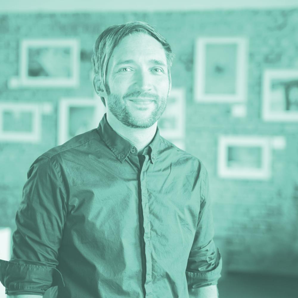 micha schmidt - Michael Schmidt ist mit Dorle Gründer des studio komplementaer und des motoki Kollektivs und nutzt seine Vorliebe für Design und Formen, um Glaube und Alltag zu verbinden. Mehr über sein Schaffen auf Instagram. Micha ist Mitründer des premierten Magazin FROH!