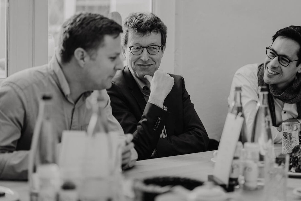Nach der sh ft stand noch eine Digital-Runde zur Ethik der Zukunft auf dem Programm – mit Dr. Jonas Kurlberg (links) und Dr. Ralph Charbonnier (Mitte). Foto: Yan-Yin Tse