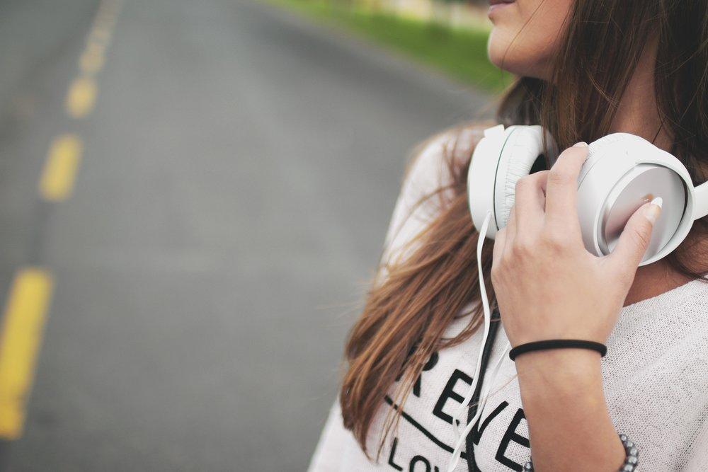 cool-earphones-girl-7409.jpg