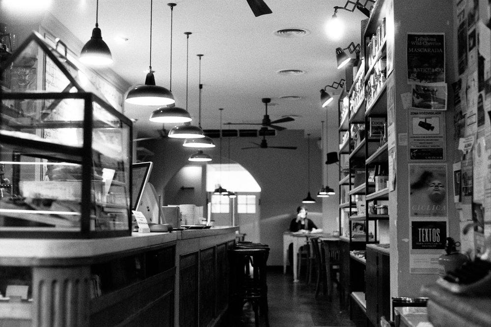 Una cafetería se parece a un bar en el sentido de que muchas personas buscan estar solas en conjunto.