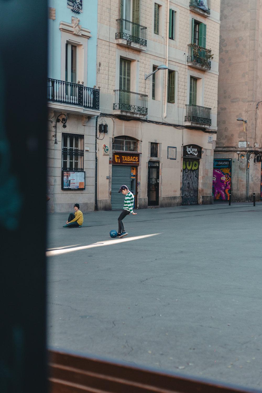 El barrio Gracia y sus plazas, donde las familias catalanas, alemanas y francesas sueltan a sus niños mientras absorben el sol.