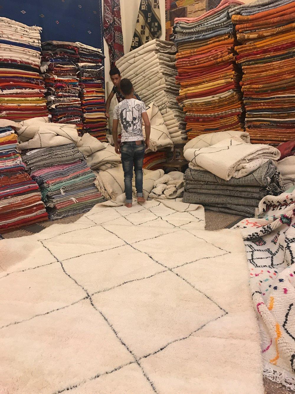 Jeg får fremvist tæpper hos AL MATJAR