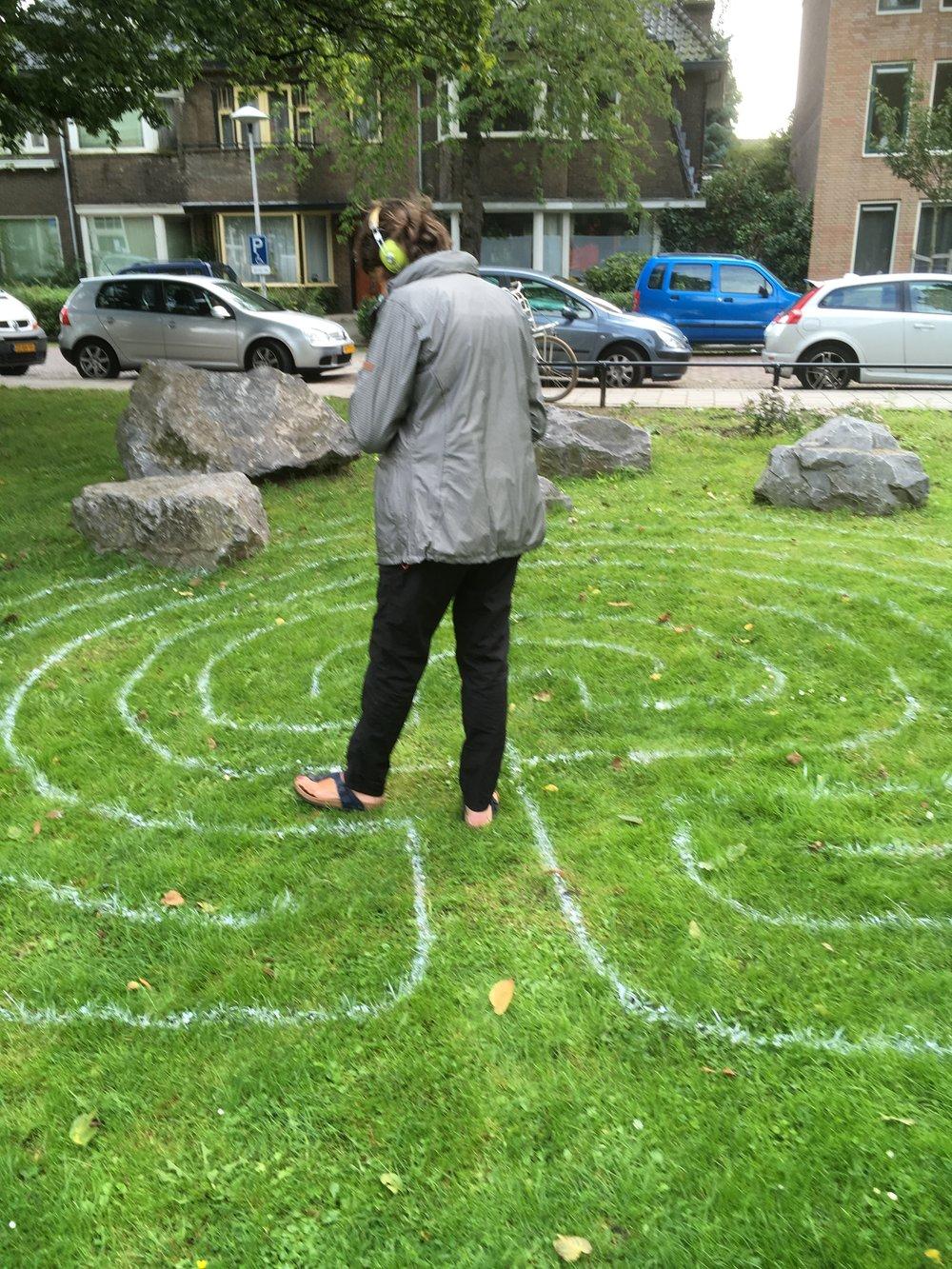 tijdelijk Labyrint - tijdens het ZON-festival in Zuilen in 2017 legde ik een tijdelijk labyrint neer op het gazon voor het Vorstelijk Complex. Ingebed in de een kring van enorme basaltblokken meanderden de lijnen van dit eeuwenoude symbool en trok de nodige nieuwsgierigen.