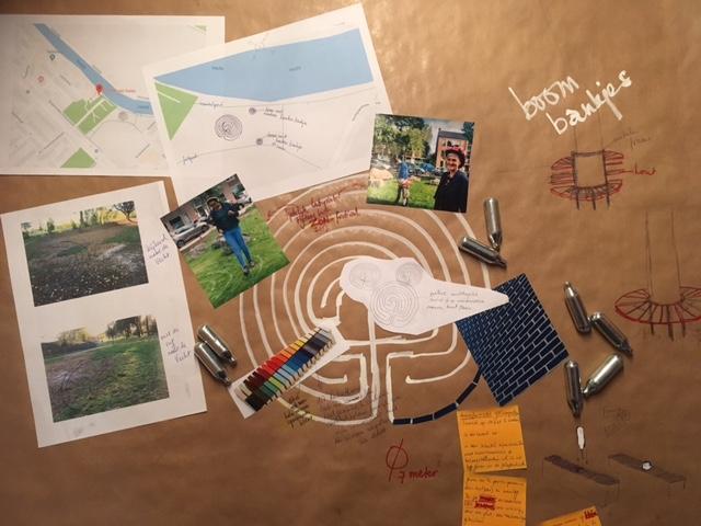 en een permanent Labyrint - Ik was bezig om een permanent labyrint te realiseren in het kleine stukje park naast de Parel van Zuilen. Mijn plan was ingediend en zou worden ingetekend in de overige plannen voor dit parkgedeelte zodat met de uitvoering van start gegaan kan worden. Een spannend proces.Het zou een in de grond verzonken labyrint worden, met mooie blauwe geglazuurde stenen. In de buurt een paar bankjes om op te mijmeren. Op het informatiebordje een link naar een begeleidende audiotekst die je op je eigen telefoon kunt beluisteren.In de blauwe stenen zouden zilverkleurige ampullen verzonken worden waarin een boodschap van verlangen of hoop verstopt zit, geschreven door omwonenden en/of deelnemers aan een van de ceremonies. Die ampullen vinden we op straat en op deze manier transformeer ik afval tot een tijdcapsule, iets van waarde voor de plek zelf én de bezoekers.Ik hoop dat het toevallige voorbijgangers uitnodigt om erin te lopen.Daarnaast zou ik een paar keer per jaar een speciale gelegenheid organiseren voor belangstellenden om het labyrint te lopen en waarbij we nieuwe ampullen zouden kunnen toevoegen.Zou.Want de gemeente moest er verschrikkelijk lang over nadenken en kwam uiteindelijk met zó ontzettend veel bezwaren dat de lust me verging om de loopgraven in te gaan. Wie weet of het toch op een andere manier nog lukt, wie weet