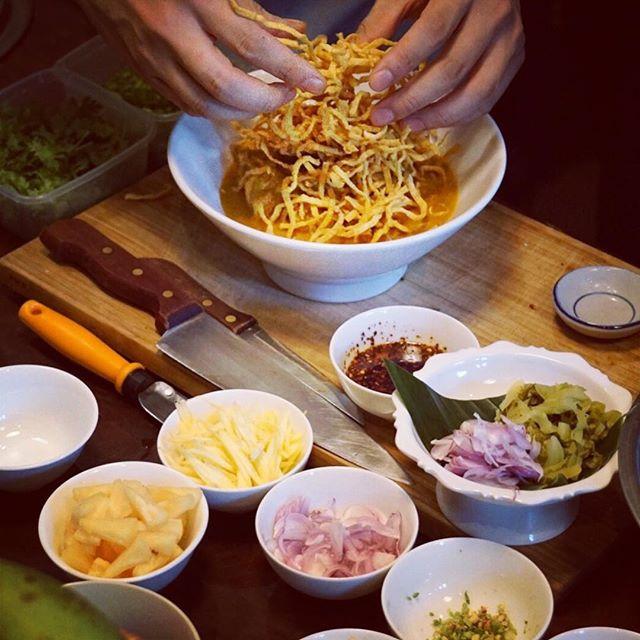 """"""" Khao Soi """" Eiernudelsuppe mit Angus Rind, roter curry, Kokosmilch. Dazu serviert mit rote Zwiebeln, eingelegter Grünkohl, Limetten und Chiliöl Und noch vieles mehr erwartet euch im Yard das Bkk thai street food stand.  #yardfrankfurt#bangkok1974#thaifood#yummy#frankfurt#khaosoi#foodporn#bangkokrestaurant1974#"""