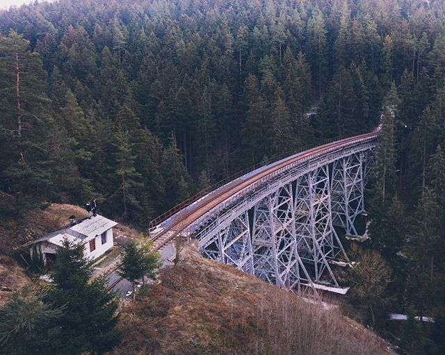 This was a pretty cool location we visited last month! Somewhere deep in Germany we found this American looking abandoned bridge 🌉 Pretty epic right? . . . . .  #naturephoto #main_vision #landscape_captures #awesome_earthpix #natureaddict #rsa_rural #awesomeearth #nature_wizards #gottalove_a_ #styleblogger #streetphotographer #HypeBeast #lensculture #exploremore #lifestyleblog #thehappynow #storytelling #postthepeople #makemoments #streetlife #meindeutschland #germanytrip #deutschland_greatshots #unlimitedgermany #germanytourism #germanytour #dji #djimavic #dronestagram #drones