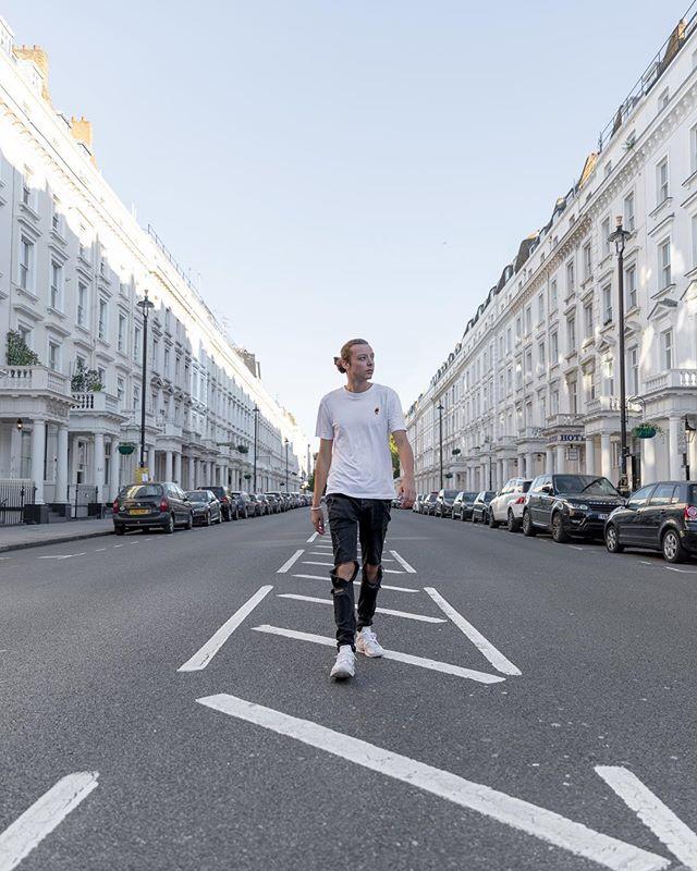 #throwback to the perfect symmetry in London 🇬🇧 . . . . .  #instapassport #aroundtheworldpix #ig_masterpiece #campinassp #flashesofdelight #travelog #mytinyatlas #visualmobs #theglobewanderer #forahappymoment #exploringtheglobe #travelon  #styleblogger #streetphotographer #HypeBeast #lensculture #exploremore #lifestyleblog #thehappynow #storytelling #postthepeople #makemoments #streetlife #thisislondon #shutup_london #london_only #unlimitedlondon #londoncalling #londoncollective