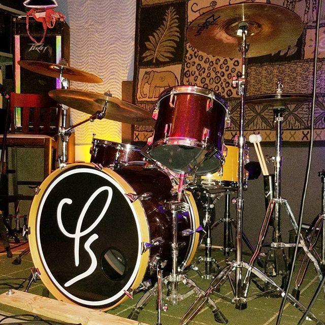 Drum kit is on fleek, as the kids say. Right? Or is that so last year?? Rumble ready.  @rocknrollrumble @oncesomerville @bostonemissions @jacksabbycraftlagers @skytigers_music @asthesparrowmusic @loveloveband  #phenomenalsun  #boston #alternative #alternativerock #shoegaze #grunge #indie #psychedelic #drums #pearldrums #zildjian #remo #peavey #90s #peace