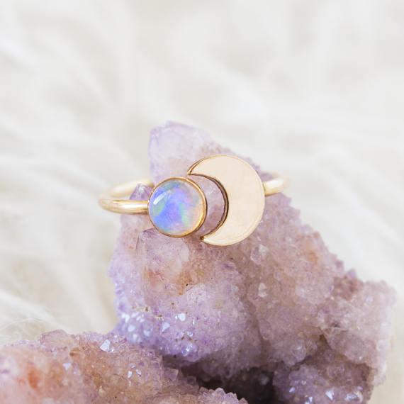 Bague croissant de lune avec opale ZennedOut en vente sur Etsy