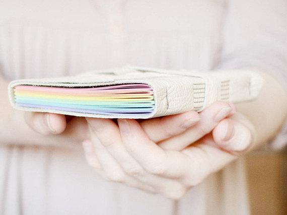 Carnet en cuir avec pages arc en ciel JackdawBindery en vente sur Etsy