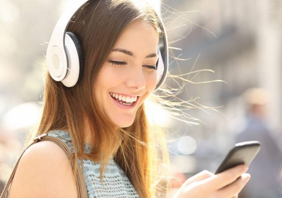 woman-wearing-a-wirelessheadphone-569x400.jpg