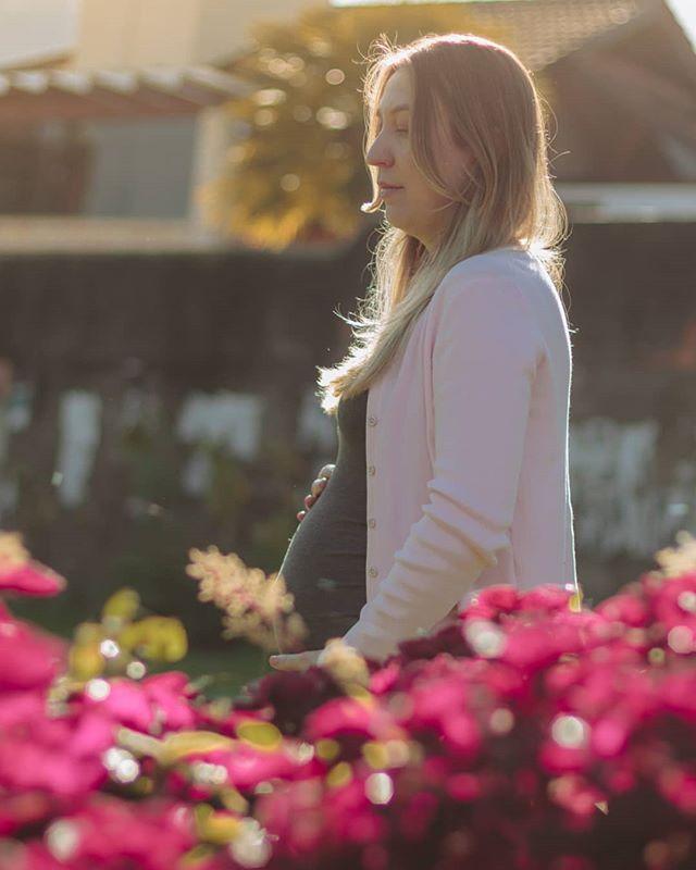 A doce espera do Raphael pela mamãe Débora 💜 . . Orçamentos ⤵️ contato@correafotografia.com (48) 98824-2879 . .  #pregnant #gravida #maedemenino #maedeprimeiraviagem #gravidez #ensaiogestante #fotografia #picoftheday #grupovamoscrescer #taticorreafotografia