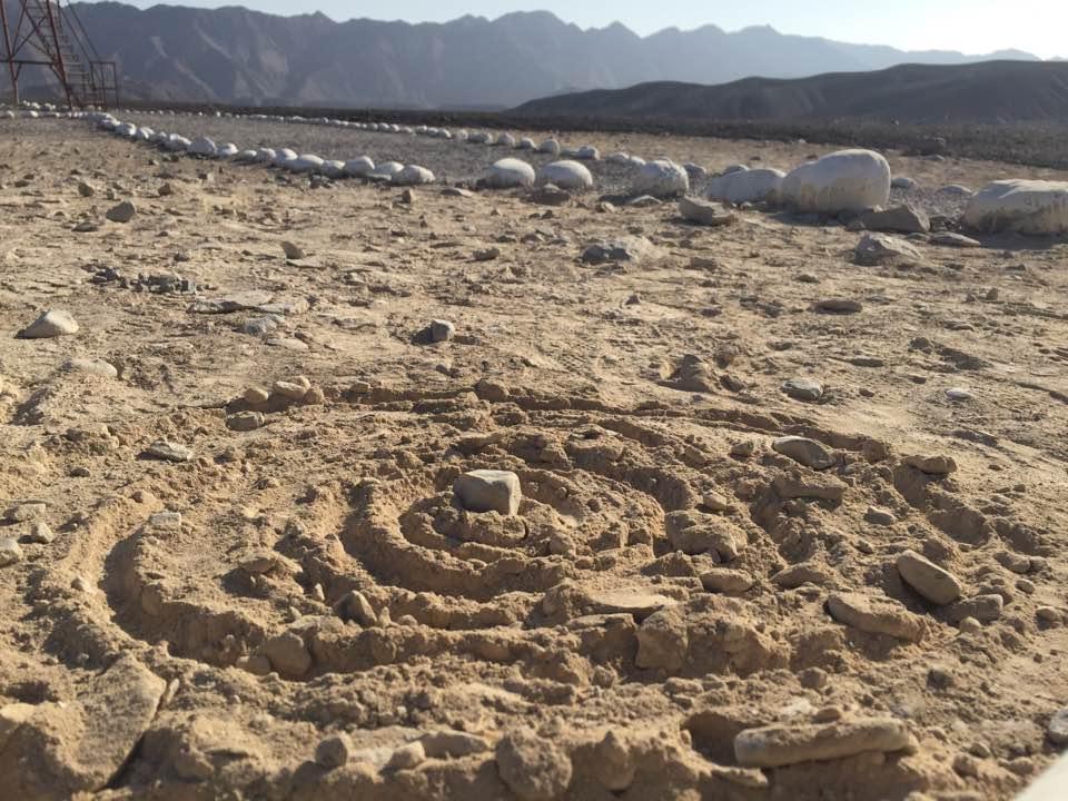 Dibujo en la arena, realizado en el suelo cerca de Nazca, Perú. 2016