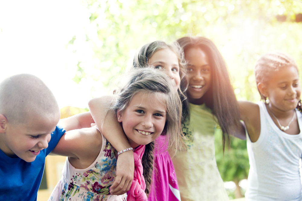 Bindung & Beziehung - Jeder Schüler wählt seine eigene Vertrauensperson, da wir das Bedürfnis nach einer zuverlässigen und zugewandten Beziehung als einen natürlichen und berechtigten Bestandteil der Persönlichkeits-entwicklung sehen. In einer vertrauensvollen Umgebung wird Kommunikation auf Augenhöhe gelebt. Im respektvollem Miteinander entwickeln sich Selbstbewusstsein und Gemeinschaftsgefühl.