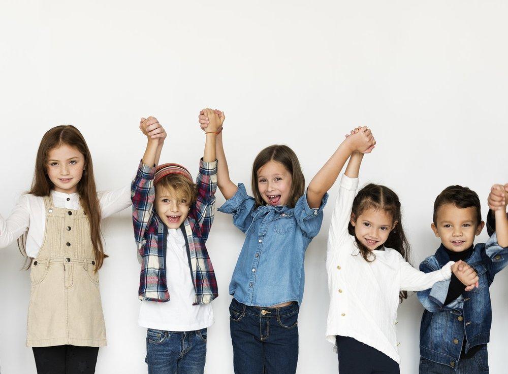 """Altersmischung - Statt fester Klassen gibt es eine durchgängige Altersmischung. Kinder und Jugendliche aller Jahrgänge verbringen gemeinsam ihren Alltag.Die altersgemischte Gemeinschaft bietet Raum für lebensnahes Lernen. Die Lernenden bekommen die Möglichkeit, sich ständig sowohl mit Älteren als auch mit Jüngeren auszutauschen. Auch bekommt jeder die Chance in die Rolle des Lehrenden zu treten. So ist jeder """"Lehrer"""" und """"Schüler"""" zu gleich.Die Altersmischung bietet vielfältige Gelegenheiten, sich gegenseitig zu helfen. Die Schüler und Schülerinnen entwickeln Kooperationsfähigkeit und Fürsorge. Durch das altersgemischte Miteinander von Menschen, mit unterschiedlichen Interessen, Fähigkeiten und Entwicklungsständen wird das Bewusstsein für die Individualität jedes Einzelnen geschärft. So wird die Achtung und Toleranz vor dem Anderssein gefördert."""