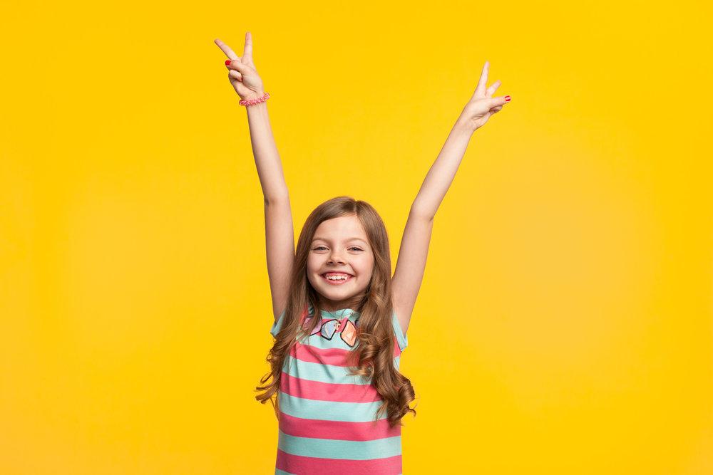 Bewertungsfreiheit - Jeder Mensch kommt wissbegierig und lernwillig auf die Welt, mit dem beständigen Bedürfnis sich immerfort weiterzuentwickeln. Diese intrinsische Motivation (innere, aus sich selbst entstehende Motivation) hat einen enormen Einfluss auf unsere Lernbereitschaft. Dinge, die uns interessieren, lernen wir mit Spaß und Freude auch wenn sie mal herausfordernd oder schwierig sind. Wir lernen sie um ihrer selbst Willen und nicht um eine Belohnung zu erlangen oder eine Bestrafung zu vermeiden.Schulnoten, unabhängig davon, ob gut oder schlecht, zerstören zudem die intrinsische Motivation. Positive Eigenschaften der inneren Motivation, wie das Erbringen von stärkeren Leistungen, ein besserer Umgang mit seinen Niederlagen oder eine höhere Selbstkompetenz gehen damit verloren. Schlechte Noten sind demotivierend und frustrierend. Zudem sind Noten nur scheinbar objektiv und stark abhängig vom Lehrer.Durch die Bewertungsfreiheit lernen die Schüler, sich selbst zu genügen und mit Ihrer Leistung zufrieden zu sein. Wir haben Vertrauen, dass Kinder das lernen, was richtig und wichtig für sie selbst ist. Die Interessen und Leistungen sind so individuell und einzigartig, dass wir sie weder vergleichen, noch bewerten wollen.