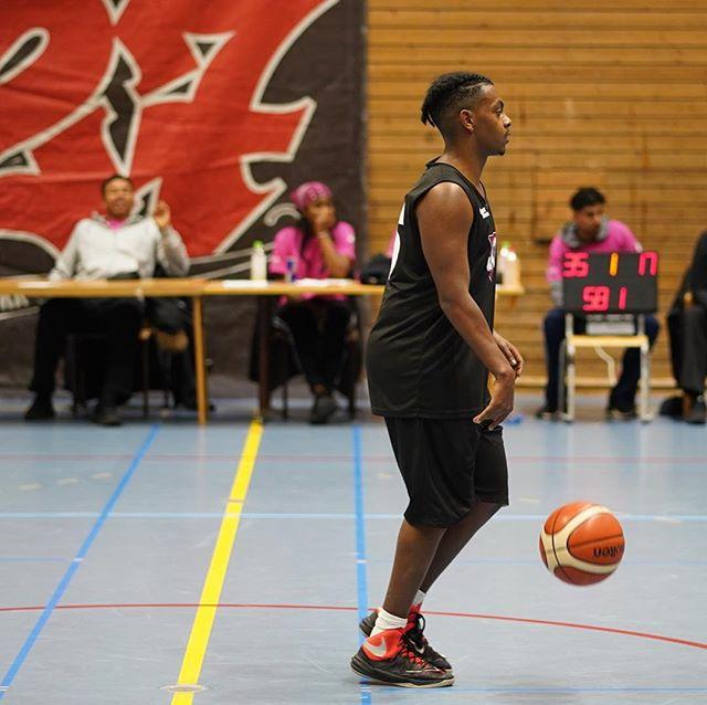 Basketturneringen är IGÅNG! 20 000 kr står på spel när stans bästa ballers gör upp i Skärholmshallen #Mitt127 #127Basketturnering