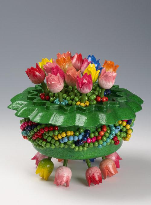 Marja+Steinmetz+Oh,+wat+zijn+die+tulpen+mooi+31x31x+24+cm++Beschilderd+doos-object+van+hout+€+1350,-.jpg