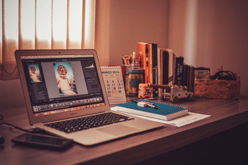 Pre-Production: - Ich durfte bisher viel Erfahrung mit Celtx machen, welches in diversen Projekten zur Realisierung von professionellen Skripten genutzt wurde.Zum Austausch in der Vorbereitung sowie zur Erstellung eines Moodboards kam außerdem frame.io zum Einsatz.Letztlich wurden Drehpläne, Budgetübersichten, Kostüm- und Proplisten sowie viele weitere Breakdowns intensiv mit der Google Drive Umgebung erstellt.