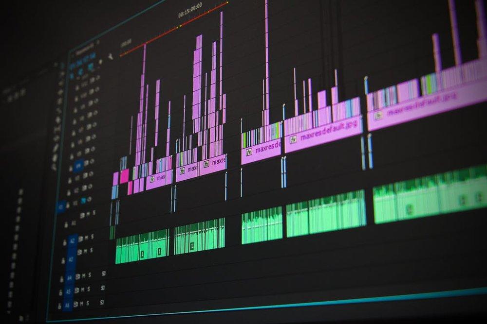 Post-Production - Das meiste Fachwissen verfüge ich im Bereich der Post-Production. Seit etwa sieben Jahren schneide ich eigene sowie Auftragsarbeit und hatte somit die Chance mit der Zeit an Erfahrung im Editing zu gewinnen.Im Schnitt arbeite ich mit Adobe After Effects, Adobe Premiere, Davinci Resolve, Sony Vegas, Source Filmmaker und Cinema 4D.Weiteres Design erfolgte bisher mit GIMP, Adobe Lightroom, Adobe Photoshop, Adobe Illustrator, Adobe InDesign, Nuke und Houdini.