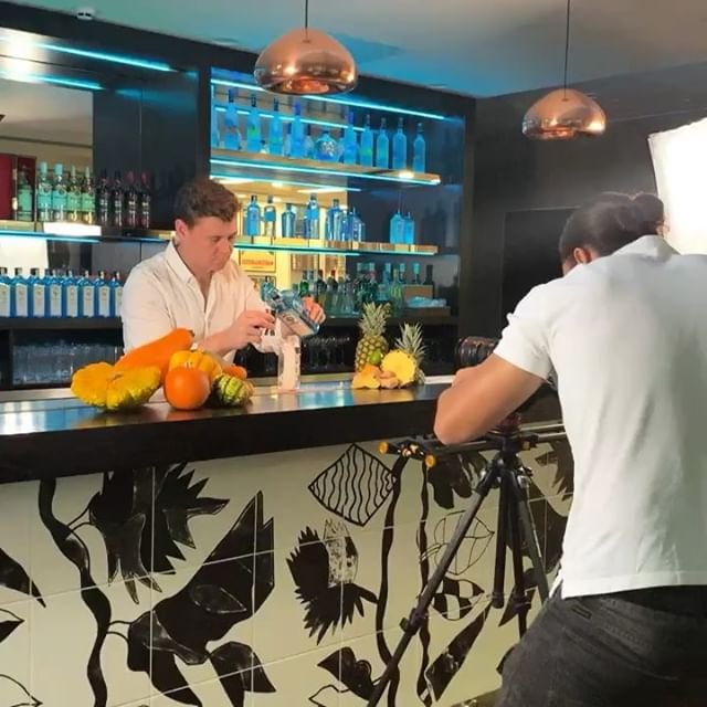 🍹 Working on something very exciting at the Bacardi Headquarters! @bombaysapphire @havealic . . . . . . . . #havealic #bacardi #bombaysapphire #ginandtonic #sony #slider #5dmarkiii #ronin #videography #contentcreation #productphotography #cocktails #cocktailsofinstagram #socialmediaagencylondon #contentcreation #socialpunch