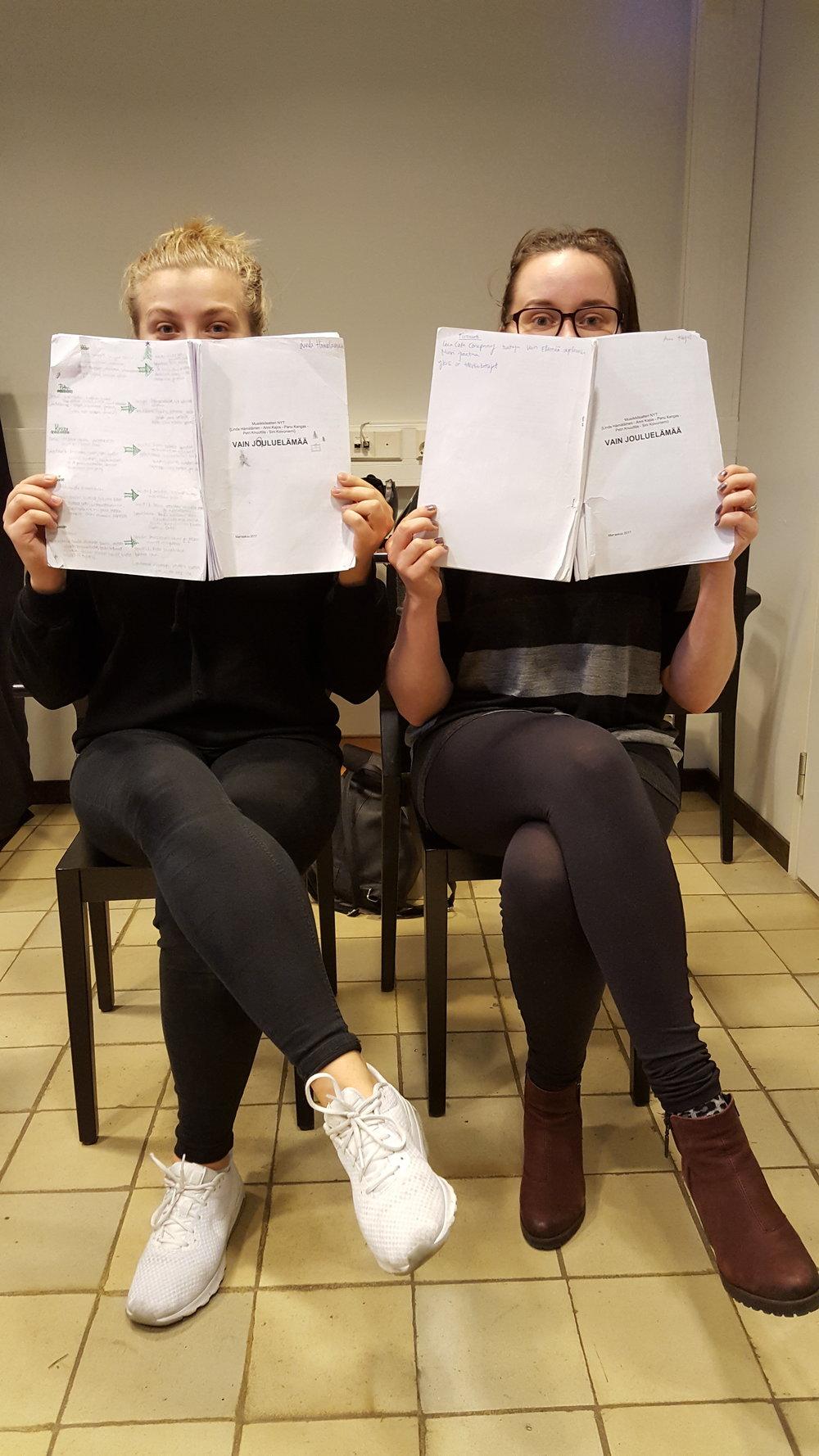 tytöt istuu käsikirjoitus kädessä Hermannin Diakoniatalolla Musiikkiteatteri NYT Vain Jouluelämää harjoitus