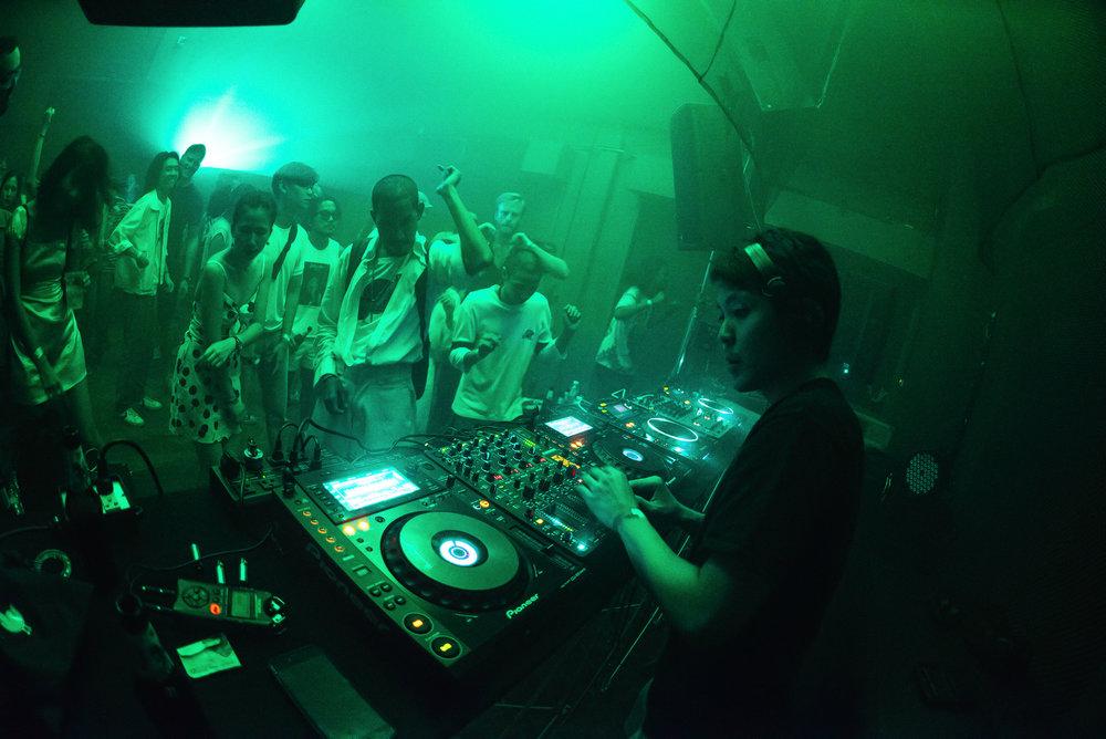 DJ KORN VARASARIN PERFORMING AT A MELA EVENT AT DE COMMUNE IN BANGKOK. CREDIT: SIAM2NITE.COM